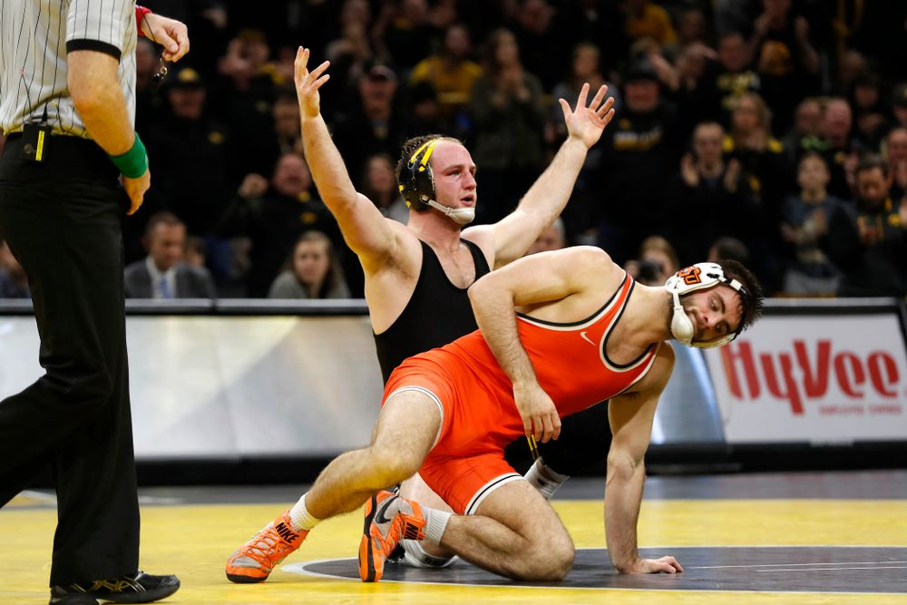 Iowa's Alex Marinelli defeats Oklahoma State's Chandler Rogers at 174 pounds