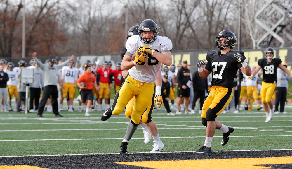 Iowa Hawkeyes tight end T.J. Hockenson (38)