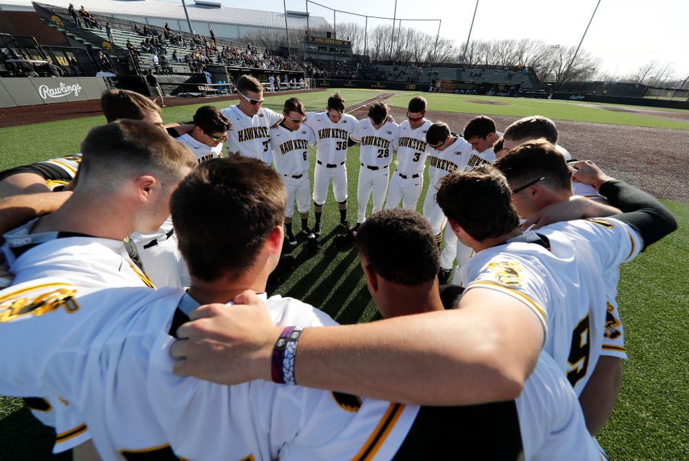 The Iowa Hawkeyes gather before their game against the Michigan Wolverines Friday, April 27, 2018 at Duane Banks Field in Iowa City. (Brian Ray/hawkeyesports.com)