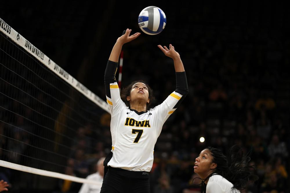 Iowa Hawkeyes setter Gabrielle Orr (7) against the Ohio State Buckeyes Saturday, November 24, 2018 at Carver-Hawkeye Arena. (Brian Ray/hawkeyesports.com)