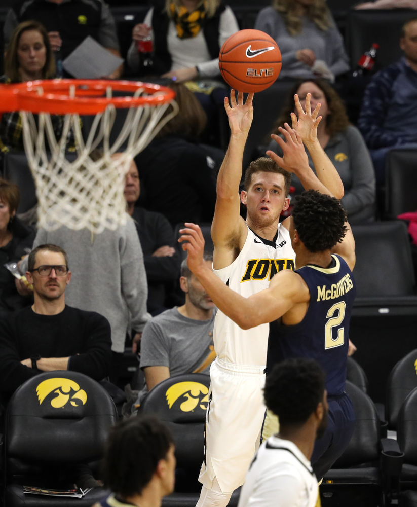 Iowa Hawkeyes guard Jordan Bohannon (3) against the Pitt Panthers Tuesday, November 27, 2018 at Carver-Hawkeye Arena. (Brian Ray/hawkeyesports.com)