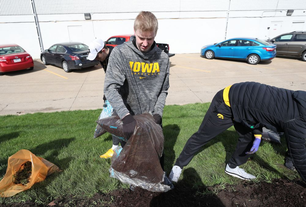 Members fo the Iowa MenÕs Basketball team volunteer with the South District Neighborhood Clean-up during the annual Iowa Athletics Day of Caring  Sunday, April 28, 2019 in Iowa City. (Brian Ray/hawkeyesports.com)