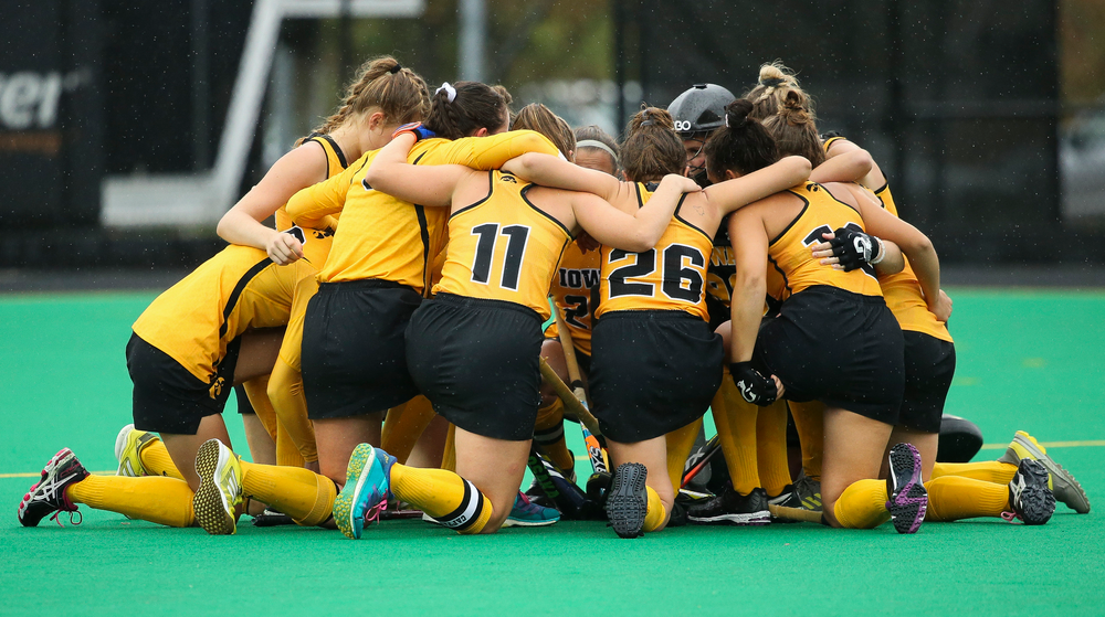 Members of the Iowa Hawkeyes field hockey team huddle up before a game against Stanford at Grant Field on October 7, 2018. (Tork Mason/hawkeyesports.com)