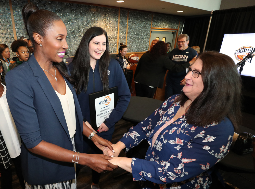 Iowa Hawkeyes forward Megan Gustafson (10) poses for photos with Lisa Leslie after winning the WBCA Lisa Leslie Award Wednesday, April 4, 2018 at Amalie Arena in Tampa, FL. (Brian Ray/hawkeyesports.com)