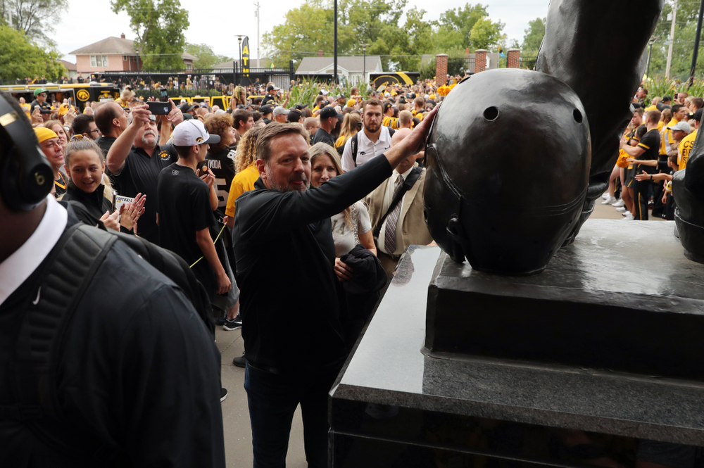 Honorary Captain Bob Stoops touches the Nile Kinnick Statue before the Iowa Hawkeyes game against the Miami RedHawks Saturday, August 31, 2019 at Kinnick Stadium in Iowa City. (Brian Ray/hawkeyesports.com)