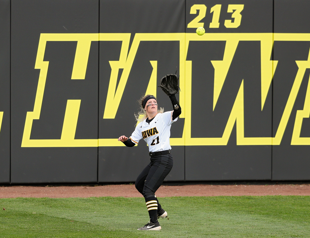 Iowa center fielder Havyn Monteer (21) pulls in a fly ball for an out during the first inning of their game against Illinois at Pearl Field in Iowa City on Friday, Apr. 12, 2019. (Stephen Mally/hawkeyesports.com)