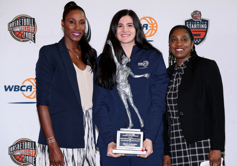 Iowa Hawkeyes forward Megan Gustafson (10) receives the Lisa Leslie Award as the country's top center from Lisa Leslie during a news conference Wednesday, April 4, 2018 at Amalie Arena in Tampa, FL. (Brian Ray/hawkeyesports.com)