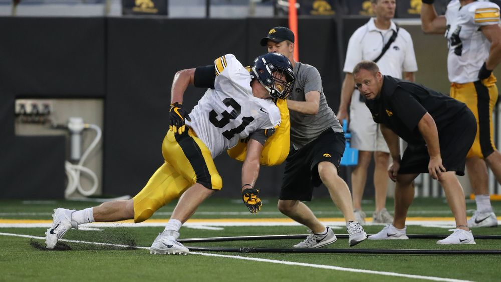 Iowa Hawkeyes linebacker Jack Campbell (31)