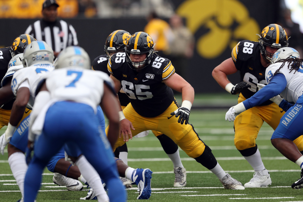 Iowa Hawkeyes offensive lineman Tyler Linderbaum (65) against Middle Tennessee State Saturday, September 28, 2019 at Kinnick Stadium. (Brian Ray/hawkeyesports.com)