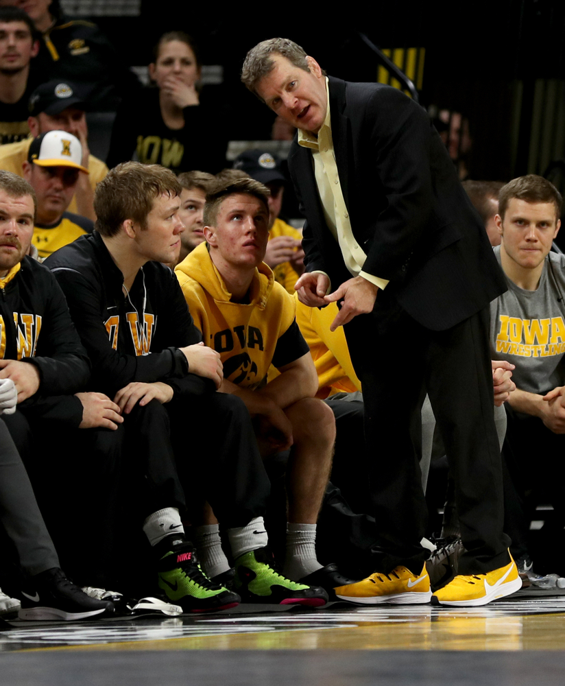 Head Coach Tom Brands talks with Jacob Warner and Max Murin as Iowa's Carter Happel wrestles Ohio State's Luke Pletcher at 141 pounds Friday, January 24, 2020 at Carver-Hawkeye Arena. Pletcher won the match with a 14-5. (Brian Ray/hawkeyesports.com)