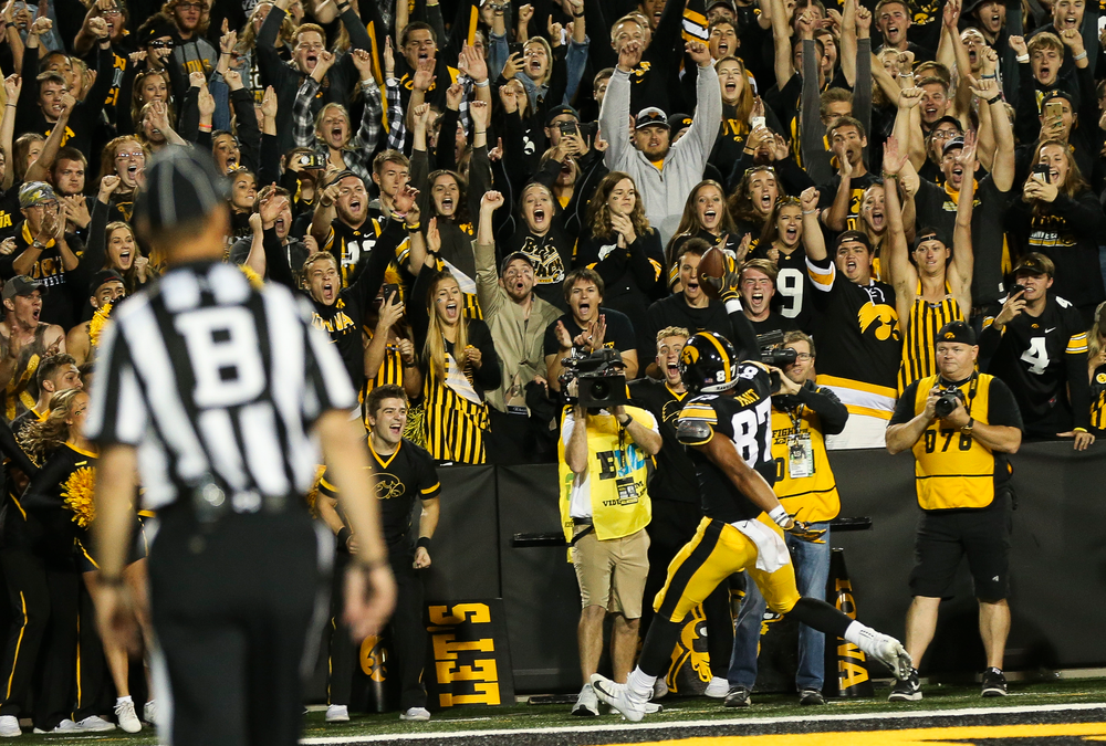 The crowd reacts as Iowa Hawkeyes tight end Noah Fant (87) scores a touchdown during a game against Wisconsin at Kinnick Stadium on September 22, 2018. (Tork Mason/hawkeyesports.com)