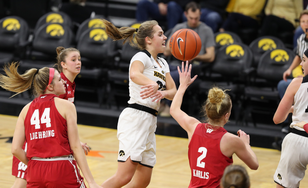 Iowa Hawkeyes guard Kathleen Doyle (22) throws a no look pass against the Wisconsin Badgers Monday, January 7, 2019 at Carver-Hawkeye Arena.  (Brian Ray/hawkeyesports.com)