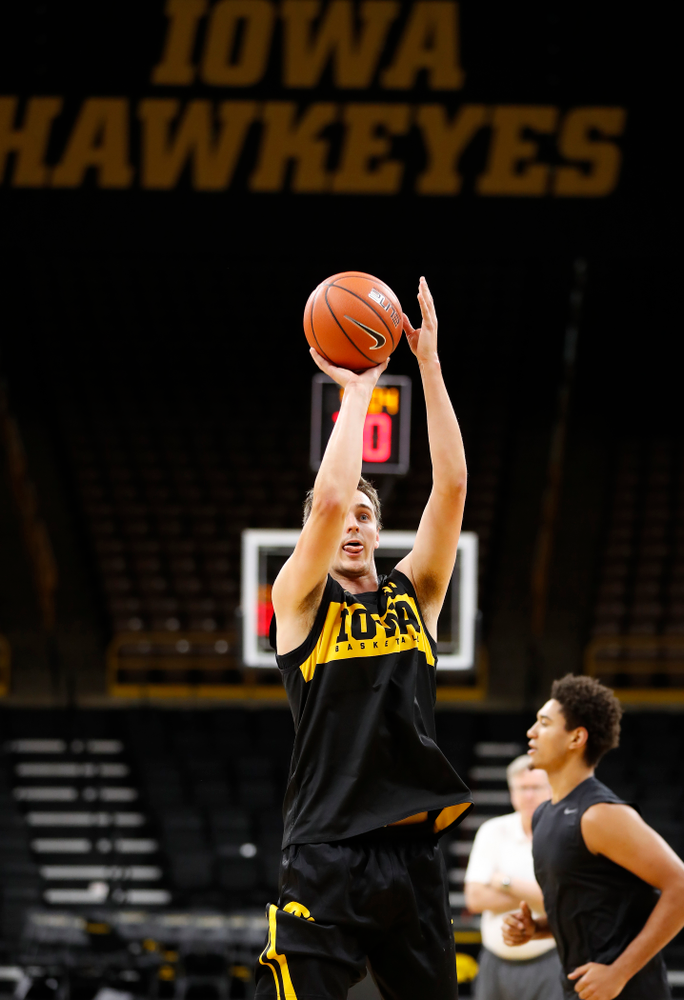 Iowa Hawkeyes forward Nicholas Baer (51) pulls up for a shot during the first practice of the season Monday, October 1, 2018 at Carver-Hawkeye Arena. (Brian Ray/hawkeyesports.com)