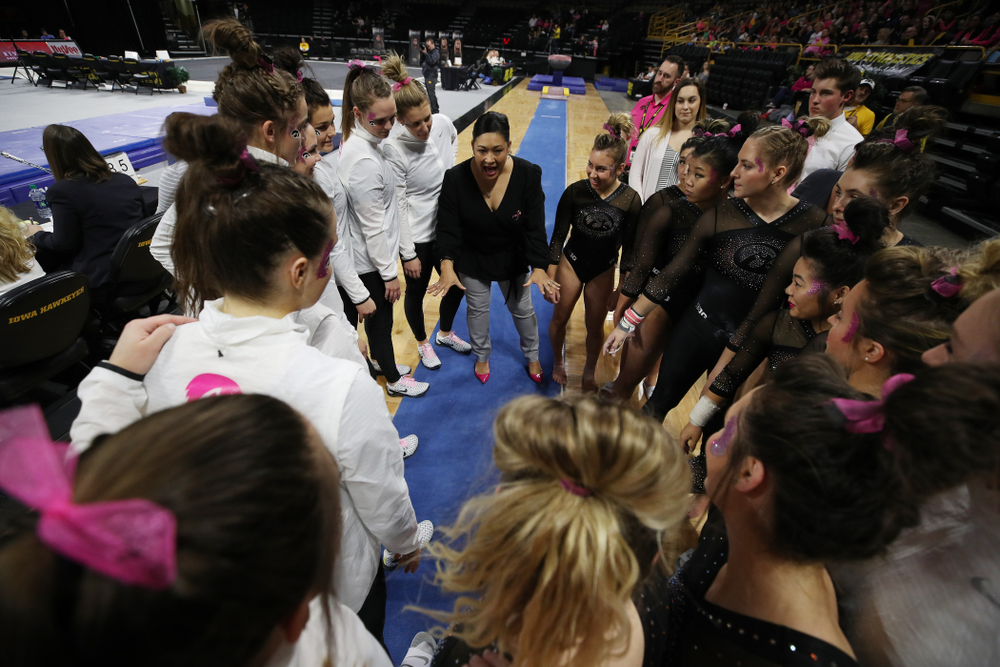 Iowa Head Coach Larissa Libby talks to her team during their meet against the Minnesota Golden Gophers Saturday, January 19, 2019 at Carver-Hawkeye Arena. (Brian Ray/hawkeyesports.com)