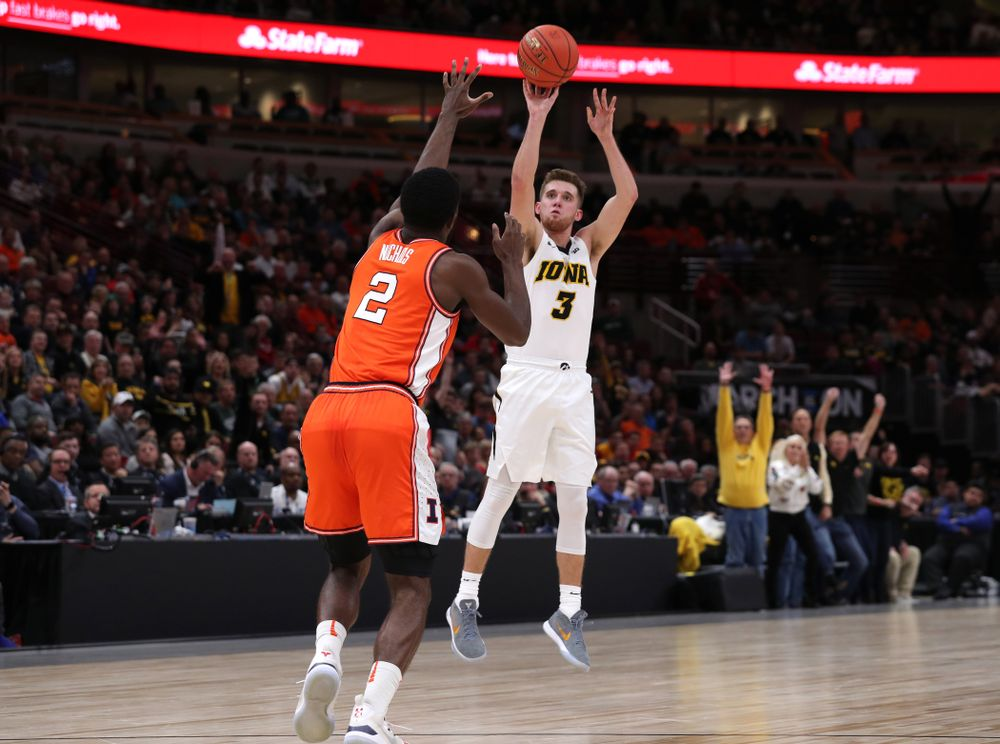 Iowa Hawkeyes guard Jordan Bohannon (3) against the Illinois Fighting Illini in the 2019 Big Ten Men's Basketball Tournament Thursday, March 14, 2019 at the United Center in Chicago. (Brian Ray/hawkeyesports.com)