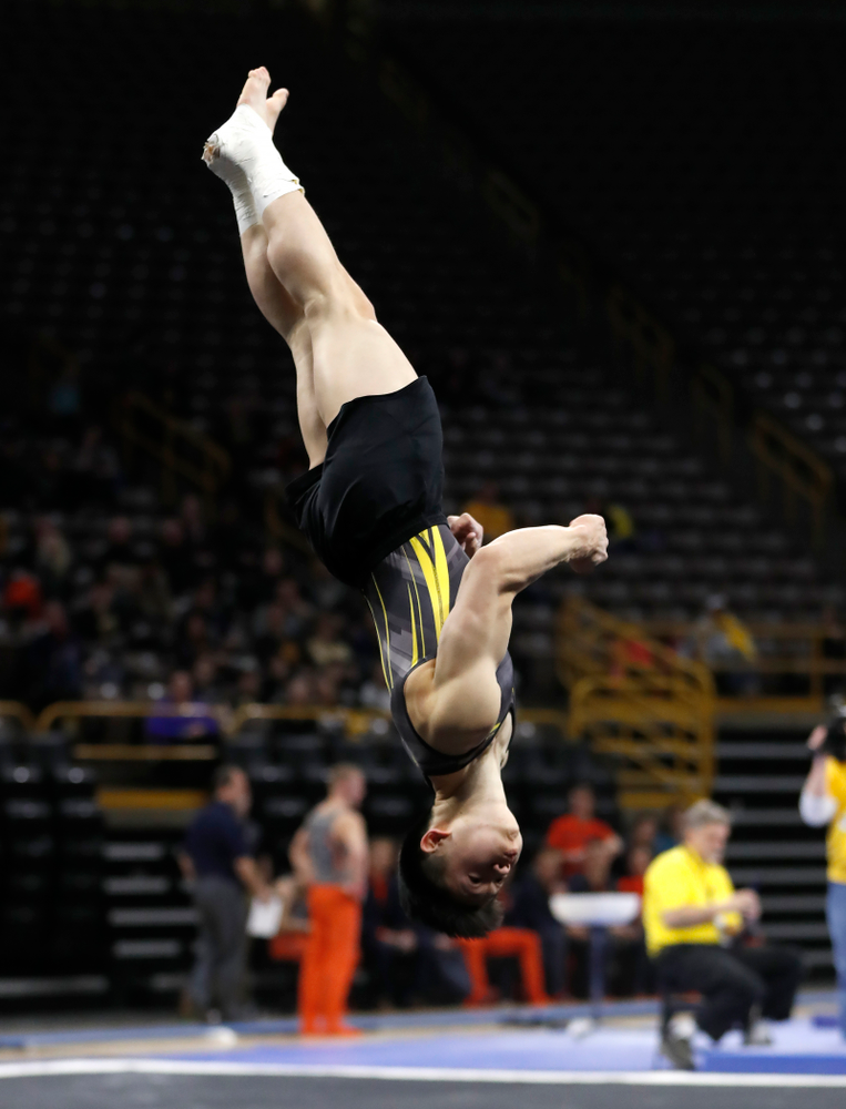 Bennet Huang competes on the floor against Illinois