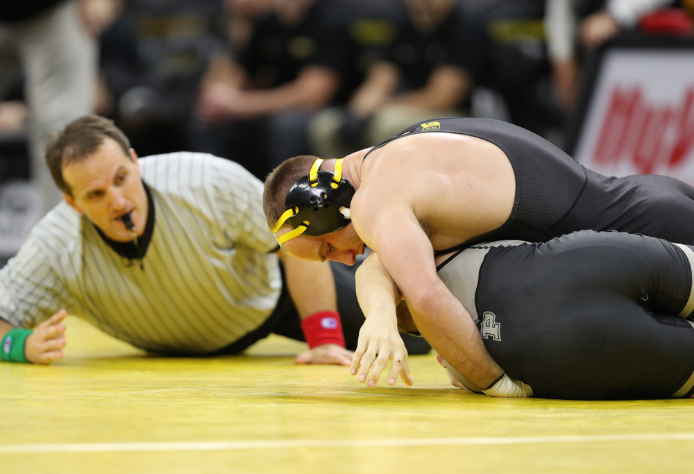 Iowa's Alex Marinelli wrestles Purdue's Cole Wysocki at 165 pounds Saturday, November 24, 2018 at Carver-Hawkeye Arena. (Brian Ray/hawkeyesports.com)