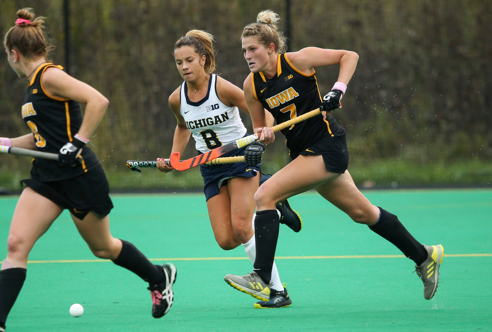 Iowa Hawkeyes midfielder Ellie Holley (7) moves the ball upfield during a game against Michigan at Grant Field on October 5, 2018. (Tork Mason/hawkeyesports.com)