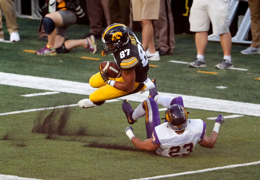 Iowa Hawkeyes tight end Noah Fant (87) picks up a first down against the Northern Iowa Panthers Saturday, September 15, 2018 at Kinnick Stadium. (Brian Ray/hawkeyesports.com)