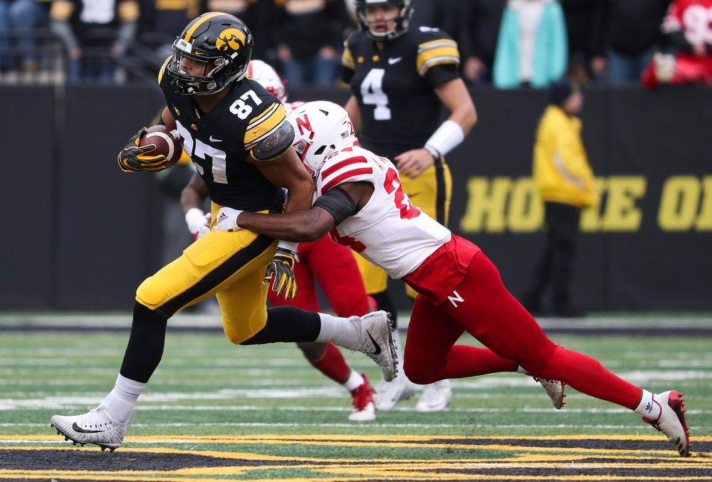 Iowa Hawkeyes tight end Noah Fant (87) runs the ball after making a reception during a game against Nebraska at Kinnick Stadium on November 23, 2018. (Tork Mason/hawkeyesports.com)