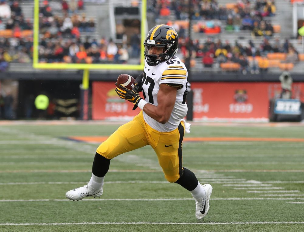 Iowa Hawkeyes tight end Noah Fant (87) against the Illinois Fighting Illini Saturday, November 17, 2018 at Memorial Stadium in Champaign, Ill. (Brian Ray/hawkeyesports.com)