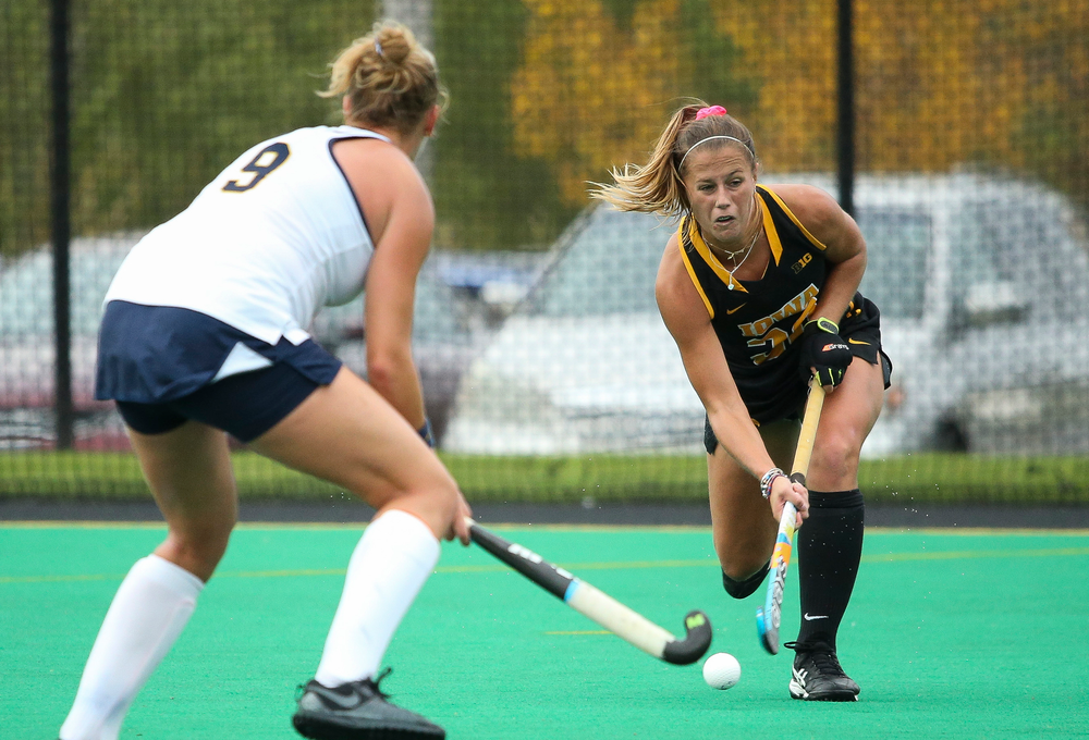 Iowa Hawkeyes midfielder Sophie Sunderland (20) passes the ball during a game against Michigan at Grant Field on October 5, 2018. (Tork Mason/hawkeyesports.com)