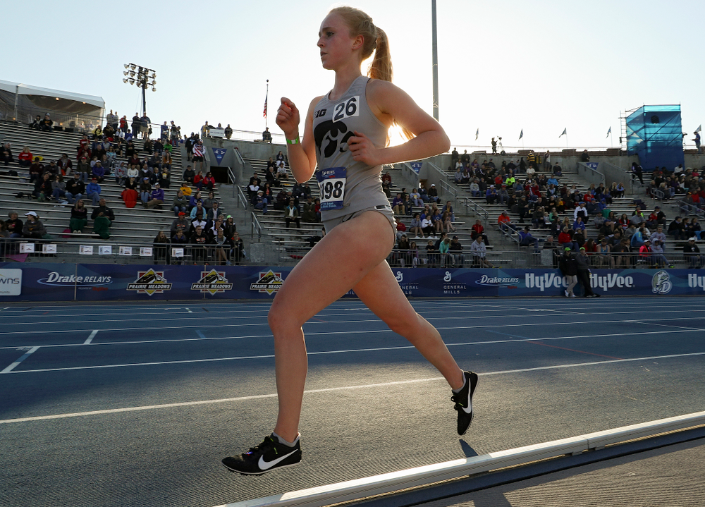 Iowa's Kylie Latham runs the women's 10,000 meter event during the first day of the Drake Relays at Drake Stadium in Des Moines on Thursday, Apr. 25, 2019. (Stephen Mally/hawkeyesports.com)