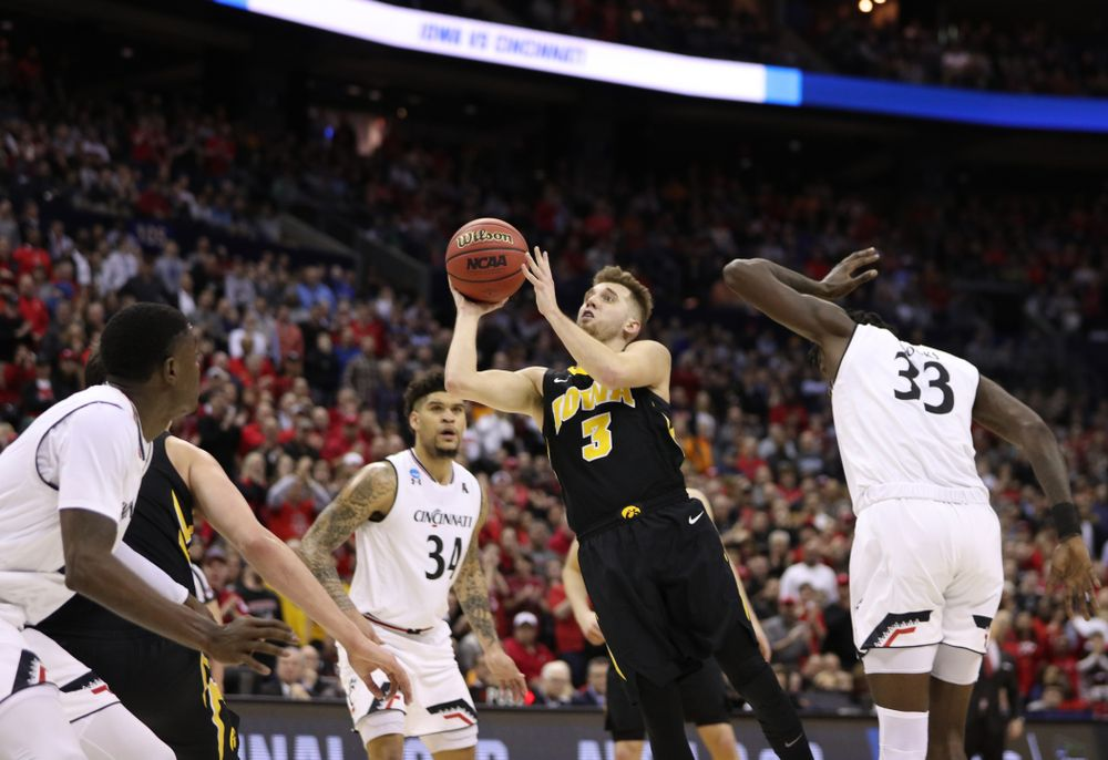 Iowa Hawkeyes guard Jordan Bohannon (3) against the Cincinnati Bearcats in the first round of the 2019 NCAA Men's Basketball Tournament Friday, March 22, 2019 at Nationwide Arena in Columbus, Ohio. (Brian Ray/hawkeyesports.com)