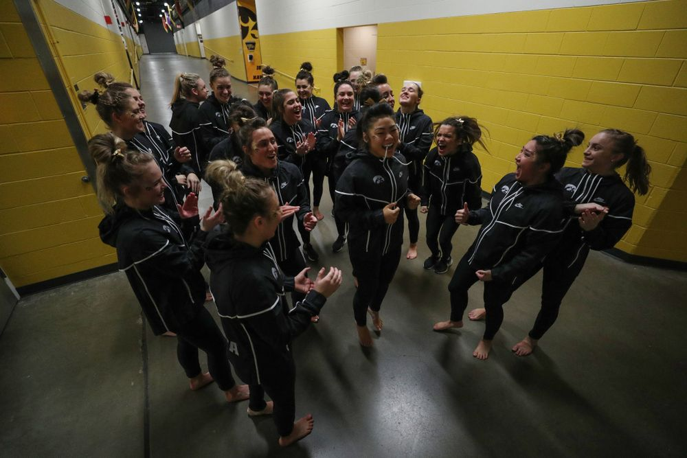 The Iowa Hawkeyes get pumped up before their meet against Southeast Missouri State Friday, January 11, 2019 at Carver-Hawkeye Arena. (Brian Ray/hawkeyesports.com)