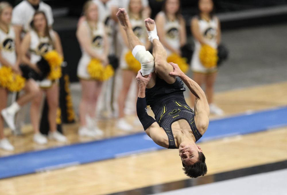 Iowa's Evan Davis competes on the floor against Oklahoma Saturday, February 9, 2019 at Carver-Hawkeye Arena. (Brian Ray/hawkeyesports.com)