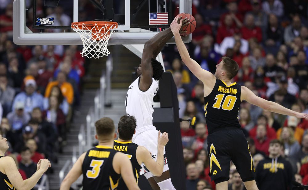 Iowa Hawkeyes guard Joe Wieskamp (10) blocks a shot against the Cincinnati Bearcats in the first round of the 2019 NCAA Men's Basketball Tournament Friday, March 22, 2019 at Nationwide Arena in Columbus, Ohio. (Brian Ray/hawkeyesports.com)