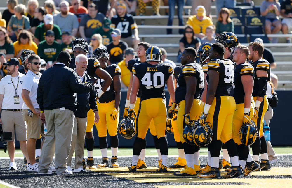 Iowa Hawkeyes defensive line coach Reese Morgan talks with his unit before their game against the North Dakota State Bison Saturday, September 17, 2016 at Kinnick Stadium. (Brian Ray/hawkeyesports.com)