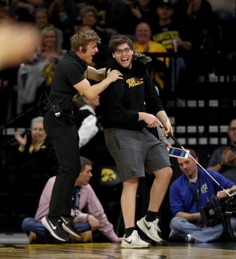 Graduate Cross Court Putt winner against the Purdue Boilermakers Tuesday, March 3, 2020 at Carver-Hawkeye Arena. (Brian Ray/hawkeyesports.com)