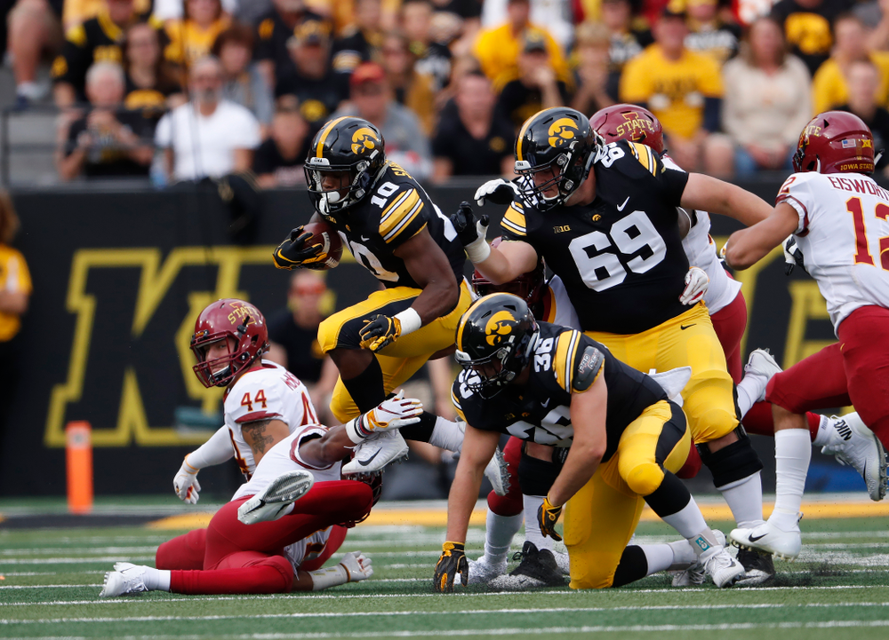 Iowa Hawkeyes running back Mekhi Sargent (10) against the Iowa State Cyclones Saturday, September 8, 2018 at Kinnick Stadium. (Brian Ray/hawkeyesports.com)