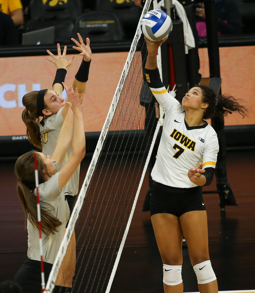 Iowa Hawkeyes setter Brie Orr (7) sets the ball over the net during a game against Purdue at Carver-Hawkeye Arena on October 13, 2018. (Tork Mason/hawkeyesports.com)