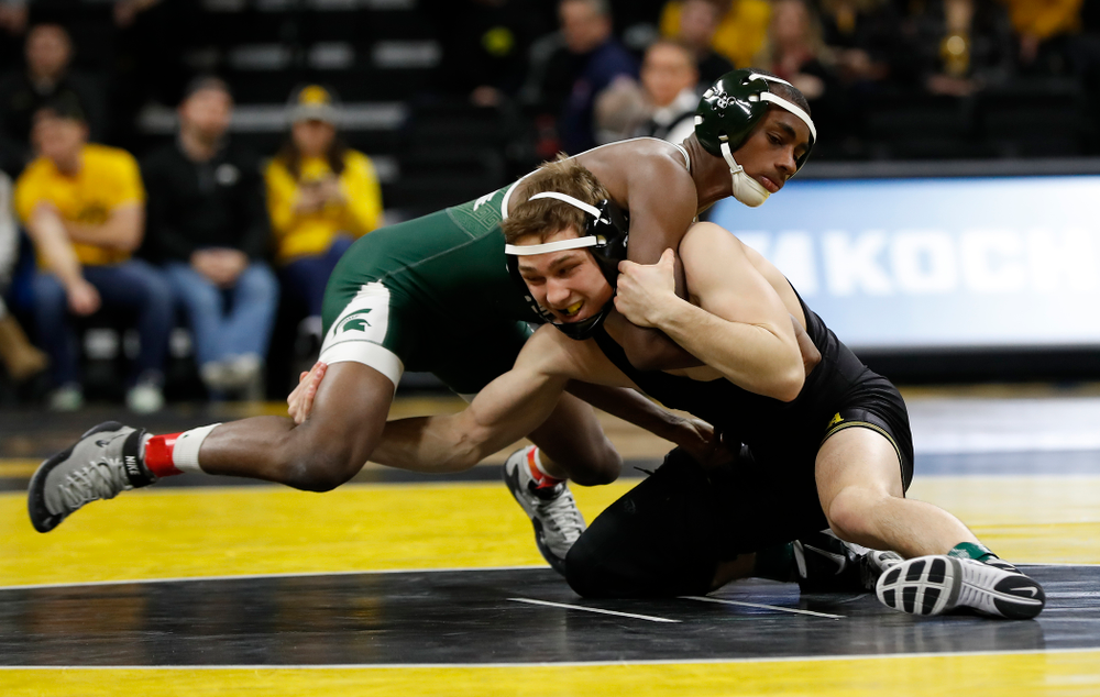 Iowa's Spencer Lee pins Michigan State's Rayvon Foley at 125 pounds