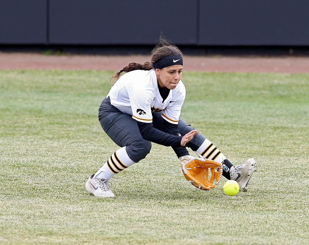 Iowa Hawkeyes Lea Thompson (7) fields a ball during the first inning of their Big Ten Conference softball game at Pearl Field in Iowa City on Friday, Mar. 29, 2019. (Stephen Mally/hawkeyesports.com)