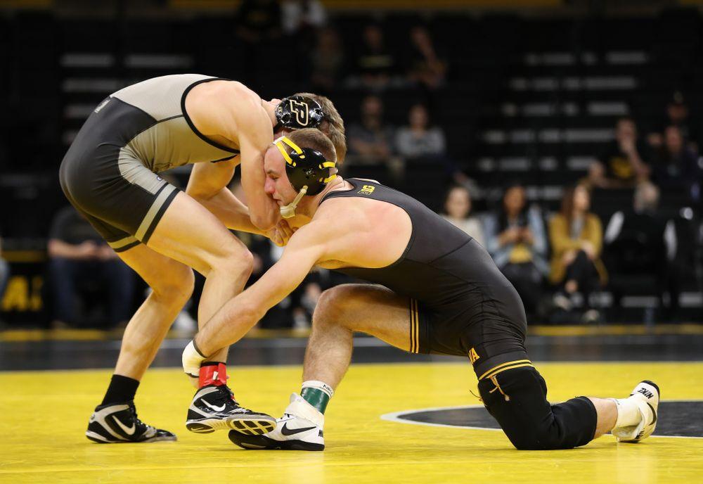 Iowa's Alex Marinelli wrestles Purdue's Cole Wysocki at 165 pounds Saturday, November 24, 2018 at Carver-Hawkeye Arena. (Brian Ray/hawkeyesports.com)