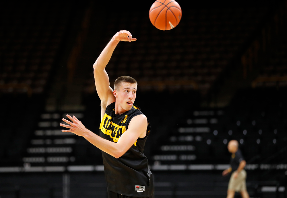 Iowa Hawkeyes guard Joe Wieskamp (10) dishes off a pass during the first practice of the season Monday, October 1, 2018 at Carver-Hawkeye Arena. (Brian Ray/hawkeyesports.com)