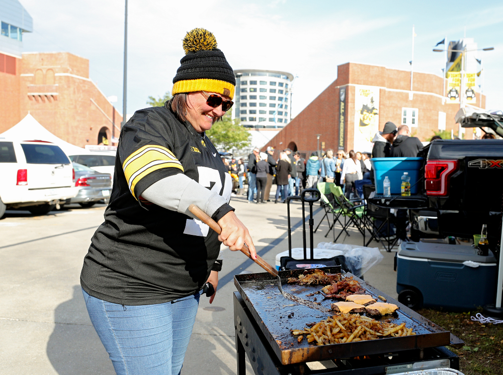 Fans tailgate before the game at Kinnick Stadium in Iowa City on Saturday, Oct 12, 2019. (Stephen Mally/hawkeyesports.com)