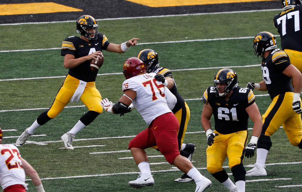 Iowa Hawkeyes quarterback Nate Stanley (4)