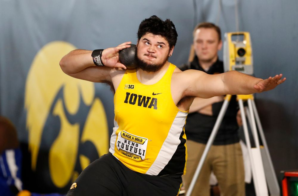 Reno Tuufuli competes in shot put