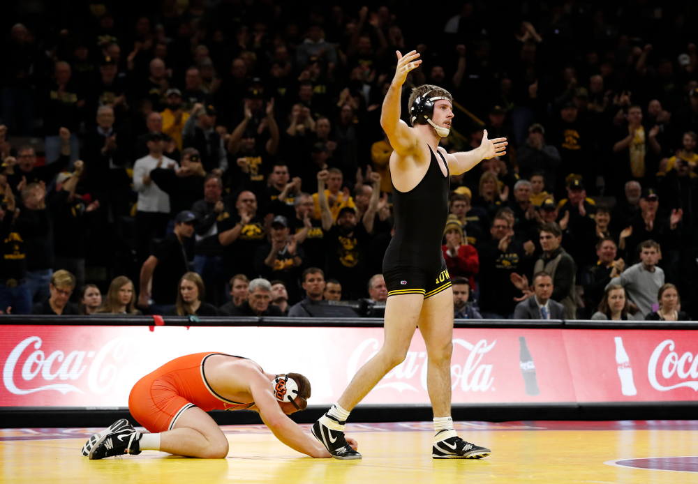 Mitch Bowman defeats Oklahoma State's Keegan Moore at 184 pounds