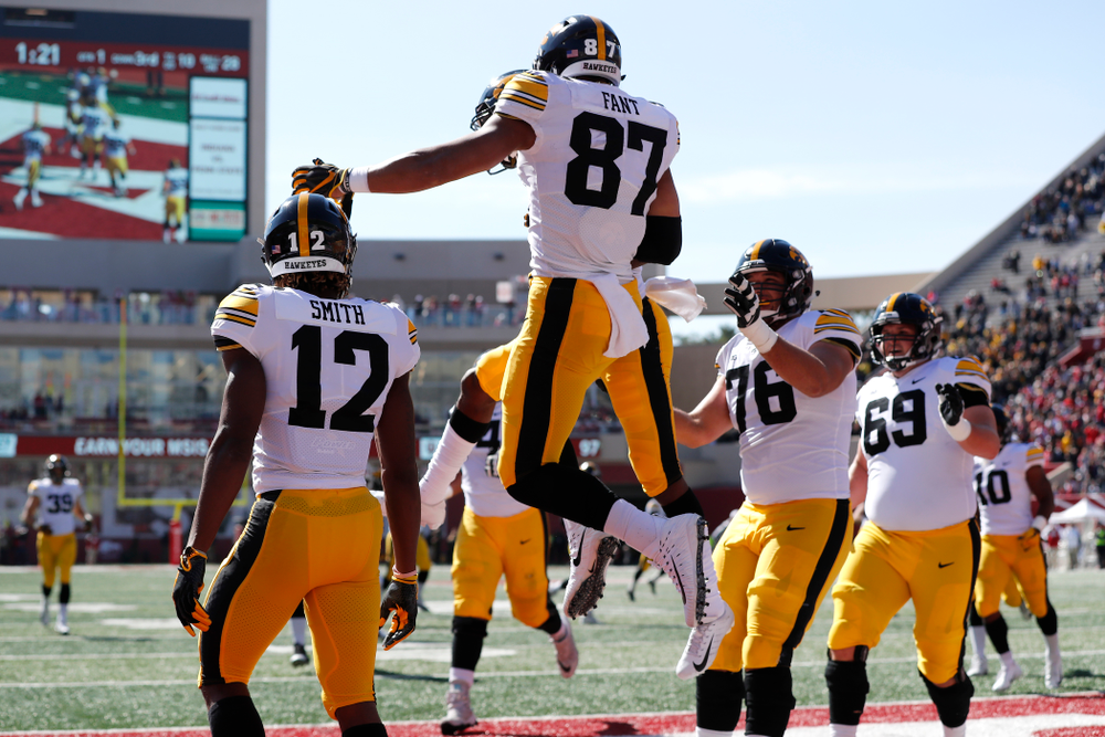 Iowa Hawkeyes tight end Noah Fant (87) catches a touchdown pass against the Indiana Hoosiers Saturday, October 13, 2018 at Memorial Stadium, in Bloomington, Ind. (Brian Ray/hawkeyesports.com)