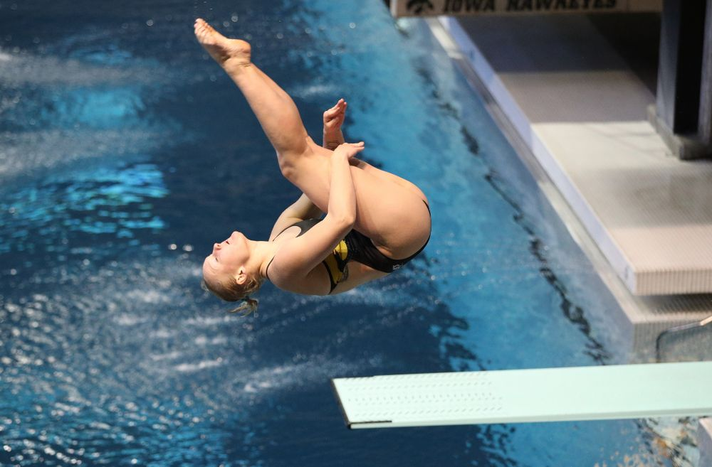Thelma Strandberg competes on the 1 meter board Thursday, November 15, 2018 during the 2018 Hawkeye Invitational at the Campus Recreation and Wellness Center. (Brian Ray/hawkeyesports.com)