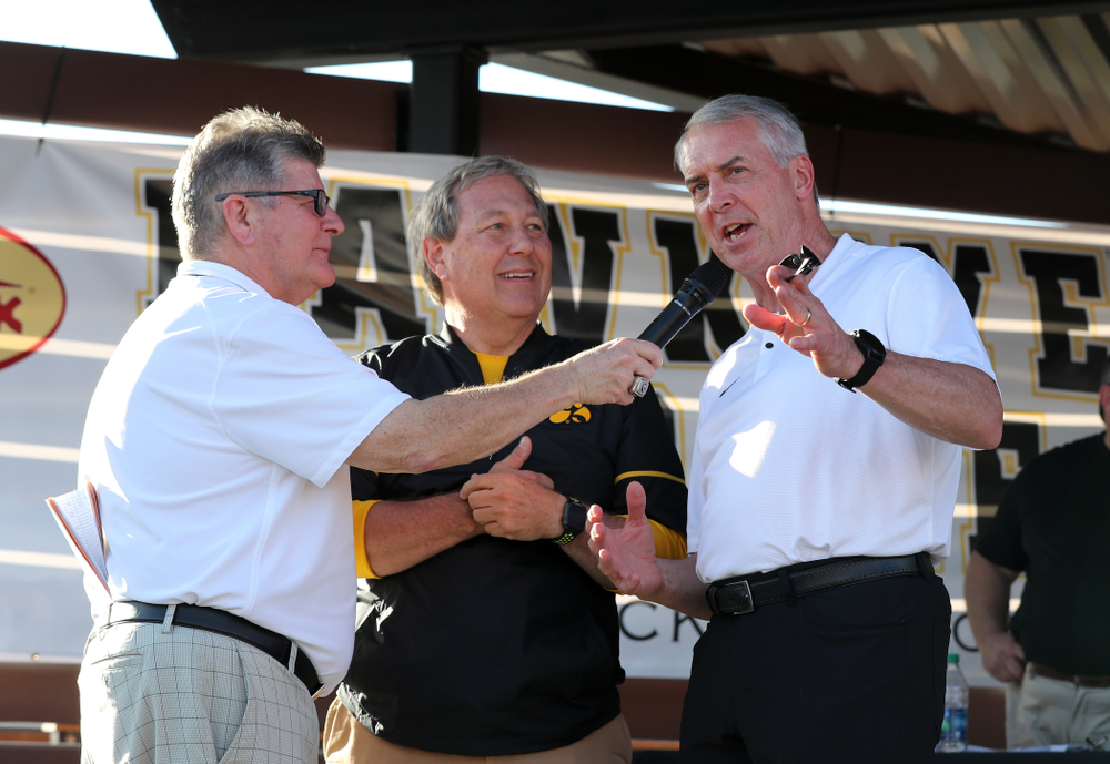 Voice of the Hawkeyes Gary Dolphin speaks with University of Iowa President Bruce Harreld and Henry B. and Patricia B. Tippie Director of Athletics Chair Gary Barta during the Hawkeye Huddle Monday, December 31, 2018 at Sparkman Wharf in Tampa, FL. (Brian Ray/hawkeyesports.com)