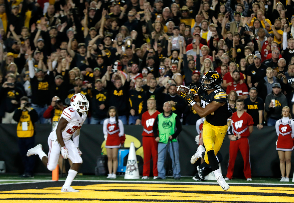 Iowa Hawkeyes tight end Noah Fant (87) catches a touchdown pass against the Wisconsin Badgers Saturday, September 22, 2018 at Kinnick Stadium. (Brian Ray/hawkeyesports.com)