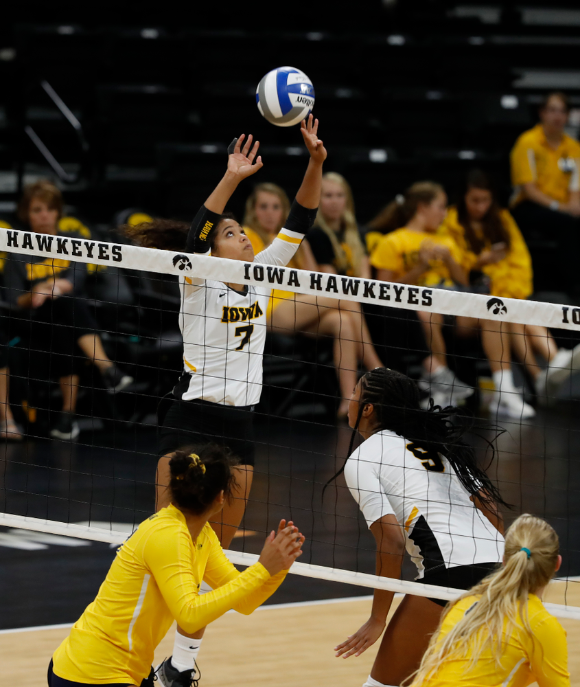 Iowa Hawkeyes setter Gabrielle Orr (7) against the Michigan Wolverines Sunday, September 23, 2018 at Carver-Hawkeye Arena. (Brian Ray/hawkeyesports.com)